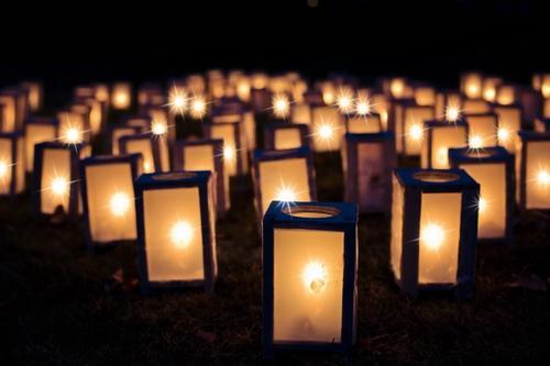 Lanterne accese la Vigilia di Natale per ricordare i defunti