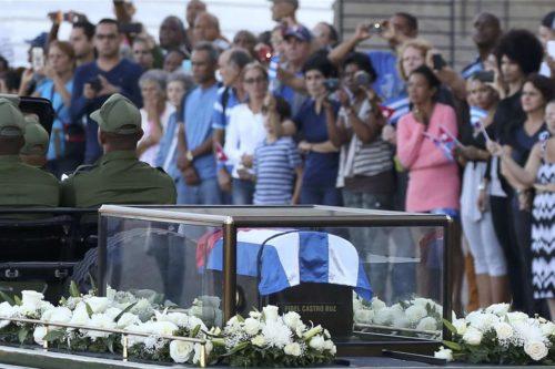 Urna di Fidel Castro portata in corteo