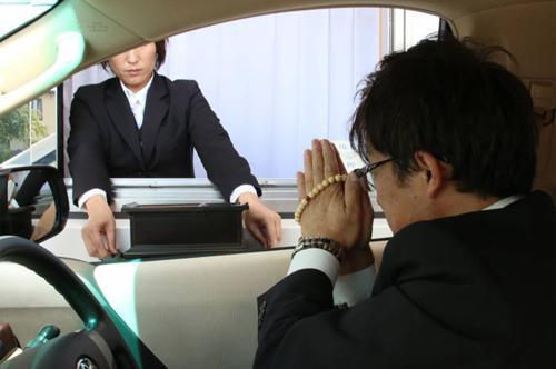 Funerali celebrati in auto