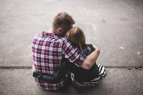 abbraccio di un amico in lutto