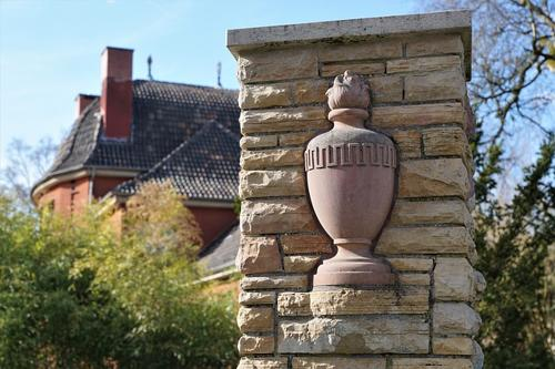 urna all'ingresso di un cimitero