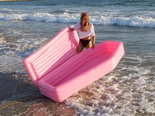materassino rosa a forma di bara